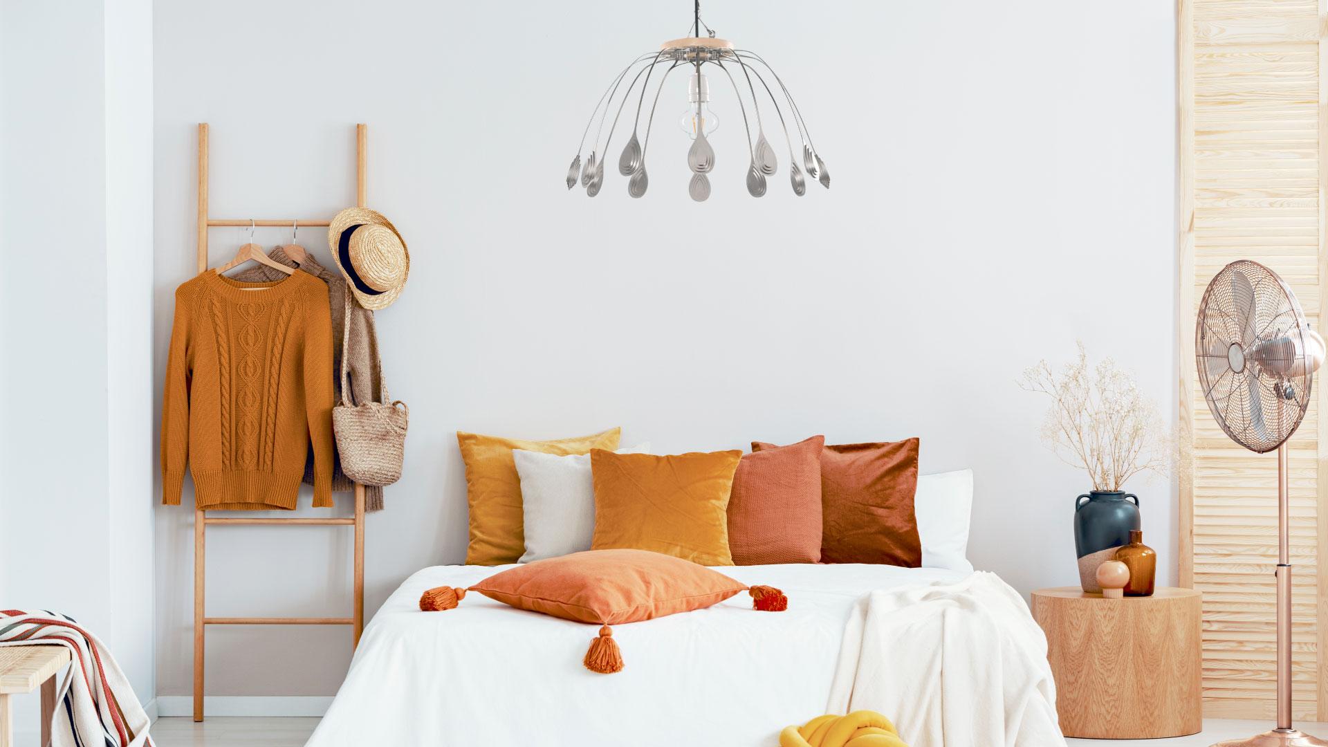 Lámpara CROÓ Doce Lágrimas en dormitorio de tonos blancos y anaranjados