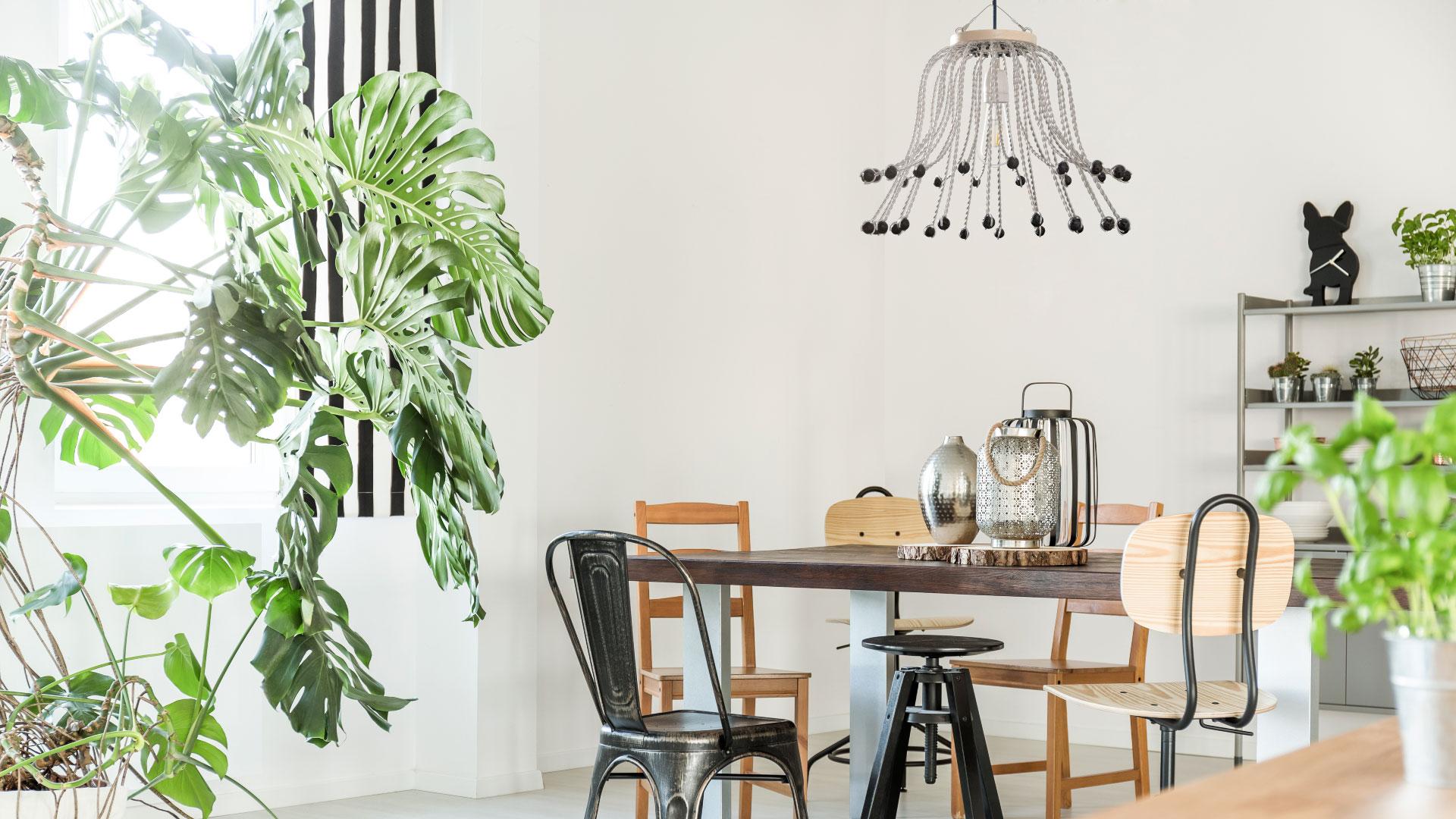 Lámpara CROÓ Uguas en salón con plantas y mesas de madera