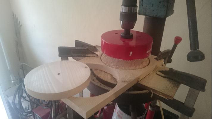 Operación de corte de la corona de madera de las lámparas CROÓ