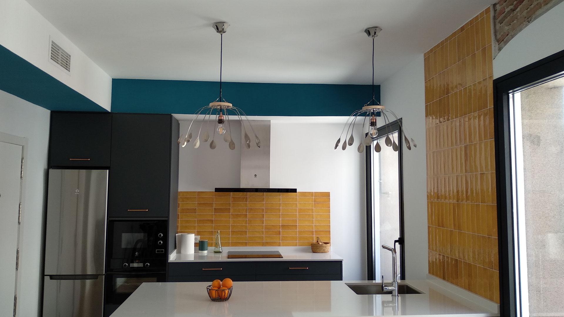 Dos lámparas CROÓ Doce Lágrimas en una cocina